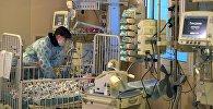 11-ти месячный Ваня Фокин, спасенный из-под завалов жилого дома в Магнитогорске Челябинской области и доставленный в Москву, с матерью Ольгой в НИИ неотложной детской хирургии и травматологии.