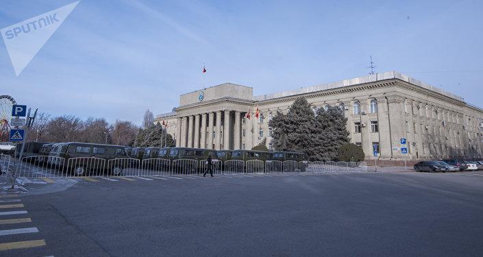 В пресс-службе ГУОБДД МВД сообщили, что минувшей ночью в городе перевозили военную технику, которую Кыргызстану передала Россия