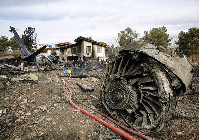 Грузовой самолет Boeing 707, который врезался в жилой комплекс недалеко от иранской столицы Тегеран. 14 января 2019 года