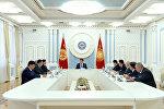 Президент Кыргызской Республики Сооронбай Жээнбеков встретился с Торага Жогорку Кенеша Дастанбеком Джумабековым и лидерами фракций парламента. 14 января, 2019 года