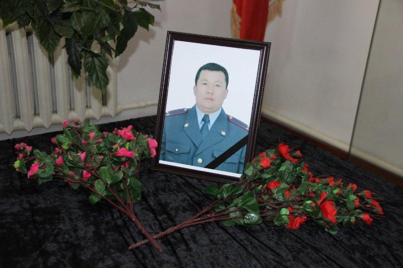 Портрет погибшего в результате автонаезда, сотрудника УВД Нарынской области, подполковника милиции Кунболота Касмалиева