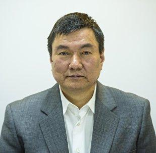 Руководитель рабочей группы по разработке кодексов о проступках и нарушениях, декан юридического факультета КНУ Канатбек Сманалиев во время беседы