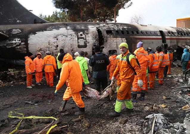 Спасатели на месте крушения военного грузового самолета Boeing 707 недалеко от аэропорта Фатх, возле Караджа. Иран, 14 января 2019 года