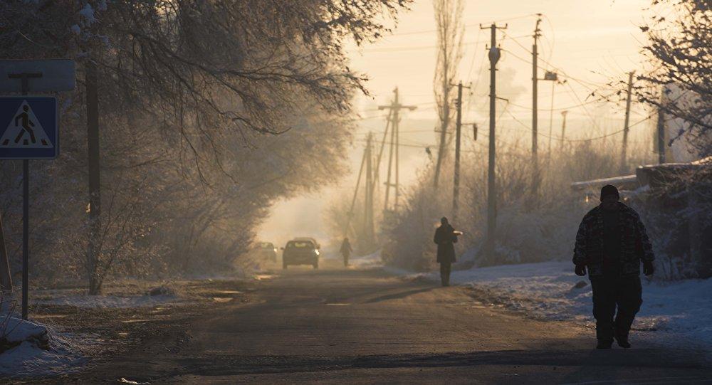 Люди идут по дороге в селе Ленинское. Архивное фото