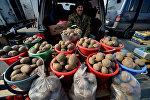 Продавец картофеля. Архивное фото
