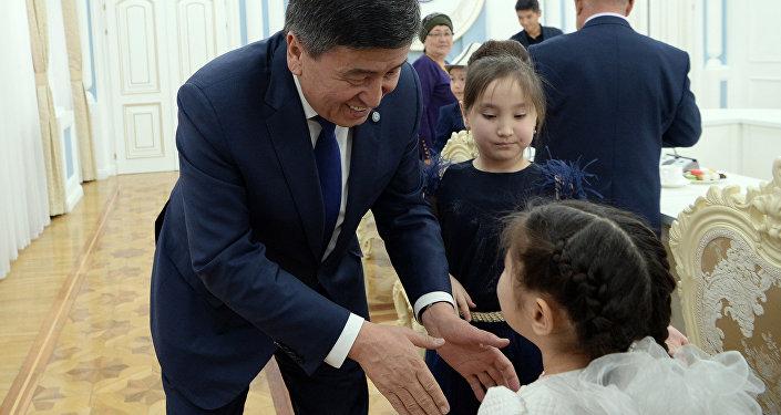 Президент Сооронбай Жээнбеков встретился с детьми, потерявшими своих родных в Дача-Су