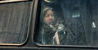 Девушка сидит у окна автобуса. Архивное фото