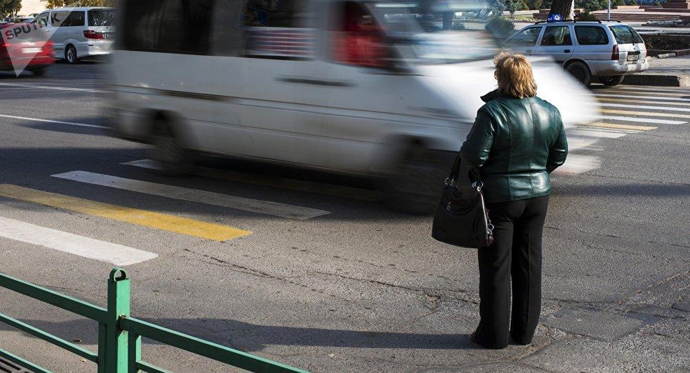 Архивное фото женщины у дороги на проспекте Чуй