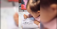 Малышка прекрасно рисует, хотя еще плохо держит фломастер. Видео