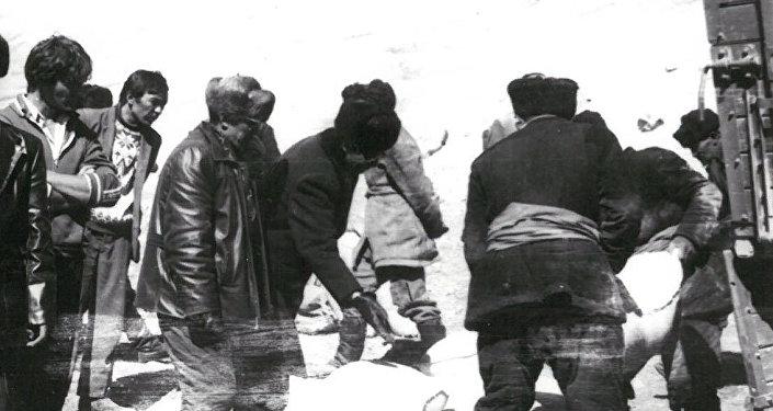 Мургабские кыргызы получают гуманитарную помощь в Малом Памире. 1988 год