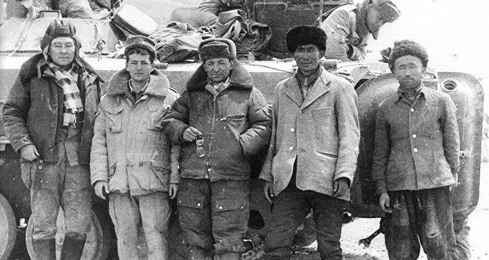 Качкын Саргазаков в кругу афганских кыргызов и советских пограничников в Малом Памире. 1987 год март