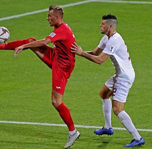 Нападающий Кыргызстана Виталий Люкс (слева) бьет по мячу, поскольку защитник Филиппин Альваро Силва борется за него во время матча Азиатского кубка АФК 2019 года. Архивное фото