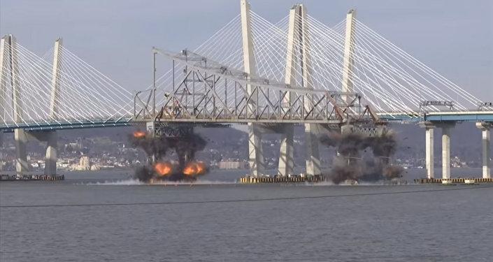 Вот это зрелище! В Нью-Йорке взорвали часть старого моста — видео