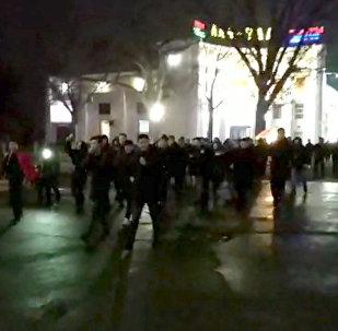 В центре Бишкека болельщики празднуют победу Кыргызстана над Филиппинами. Видео