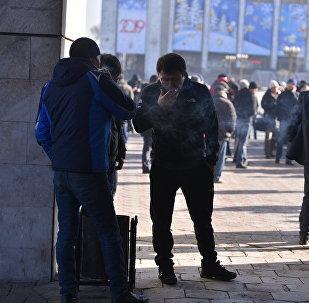 Курящие люди в Бишкеке. Архивное фото