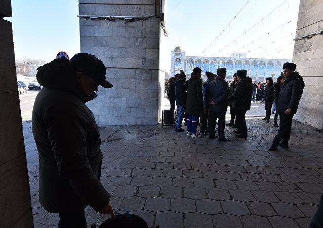 Участники митинга против незаконной миграции китайских граждан в Кыргызстан на площади Ала-Тоо в Бишкеке