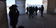 Бишкектин Ала-Тоо аянтында митингге чыккандардын көпчүлүгү жерге түкүрбөй, таштанды урнасына барып, чылымды дагы ошол жерде чегип жатышат