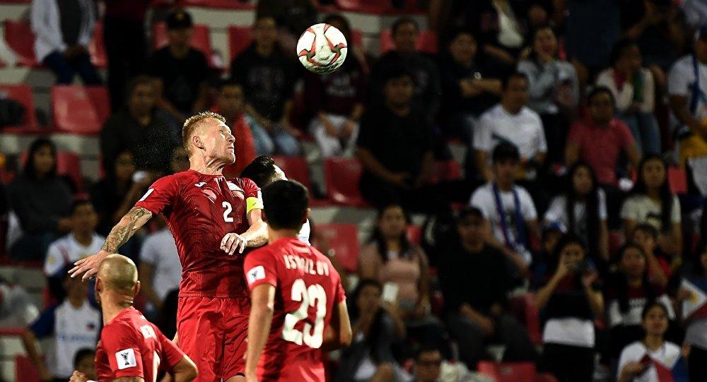 Футболисты сборной Кыргызстана во время матча со сборной Филиппин группового этапа Кубка Азии