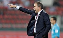 Тренер сборной КР по футболу Александр Крестинин. Архивное фото