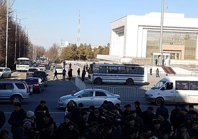 Автобусы с сотрудниками милиции на площади Ала-Тоо в Бишкеке, где идет митинг против незаконной миграции китайских граждан в Кыргызстан