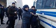 Сотрудники милиции задерживают митингующих против незаконной миграции китайских граждан в Кыргызстан на площади Ала-Тоо в Бишкеке