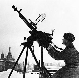 Солдат Красной Армии на огневой позиции с зенитным пулеметом в дни блокады Ленинграда. Архивное фото