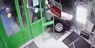 Мужчина зашел в магазин, через секунду туда врезалось авто. Видео