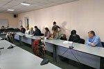 Бишкек шаардык милициясынын имаратынын алдына 30 журналист нааразычылыгын билдирип барды