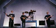 Английская группа The Beatles во время выступления. Архивное фото