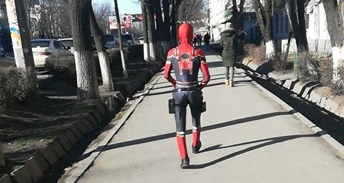 Бишкектин көчөлөрүндө Marvel комиксинин Spiderman каарманынын костюмун кийген киши жүрөт