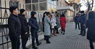 Журналисты на митинге у здании ГУВД Бишкека недовольные тем, что правоохранители задержали их коллегу, который во время съемок митинга на площади