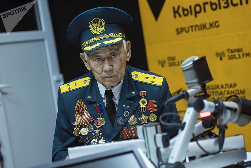 Заместитель руководителя Республиканской организации ветеранов войны, Вооруженных сил и правоохранительных органов Качкын Саргазаков во время беседы на радио Sputnik Кыргызстан