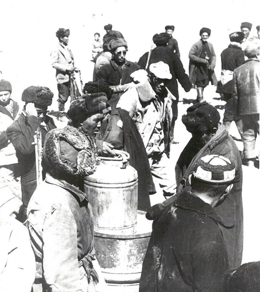 Афганские кыргызы получают гуманитарную помощь от СССР. 1987 год