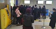 Недовольные пассажиры авиарейса Бишкек-Ош, который был отменен за полчаса до вылета