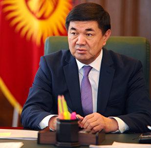 Архивное фото премьер-министра Кыргызстана Мухаммедкалыя Абылгазиева в рабочем кабинете
