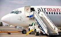 Самолет авиакомпании Эйр Манас в аэропорту Манас. Архивное фото