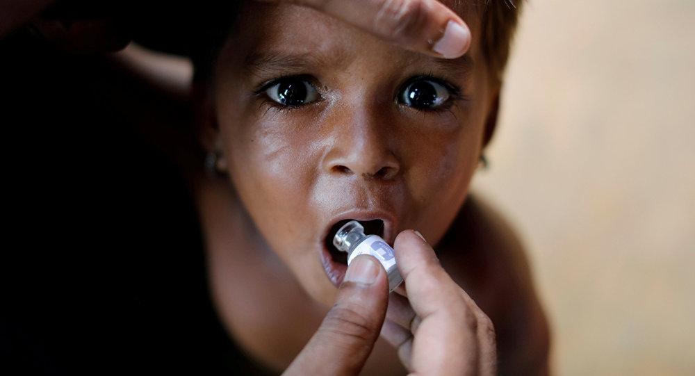 Ребенок получает вакцину против холеры в лагере беженцев-рохинджа. Архивное фото
