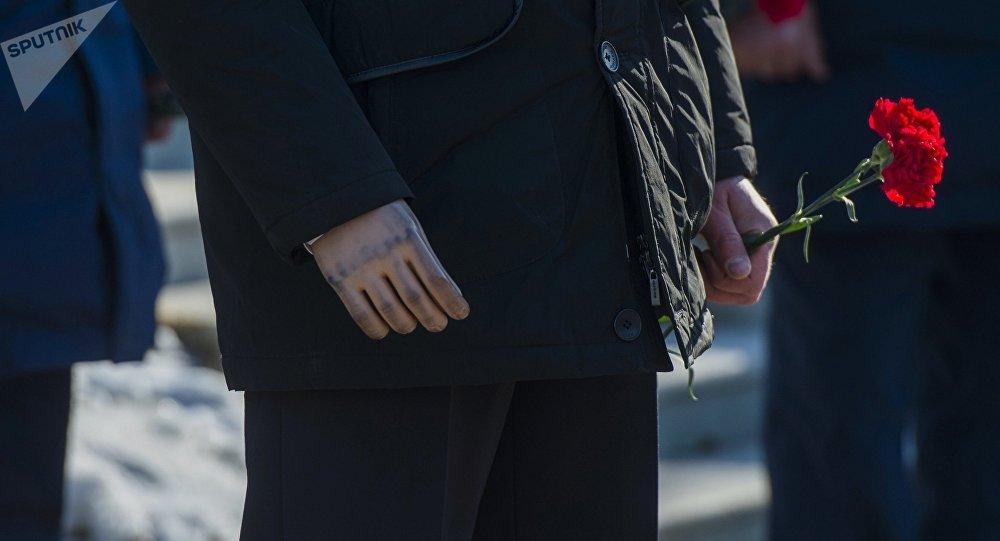 Ветеран с гвоздикой на руке. Архивное фото