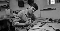 Мастер по изготовлению кожаных изделий Улан Таштанбеков во время работы