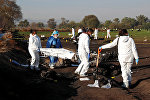 Судмедэксперты уносят тело погибшего, при взрыве нефтепровода Туспан-Тула в Мексике. 19 января 2019 года