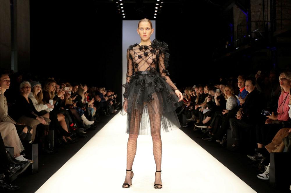 Модель в наряде из коллекции Irene Luft на Неделе моды в Берлине