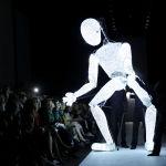 Дизайнеры Riani вывели на подиум крупную фигуру, похожую то ли на робота, то ли на манекен