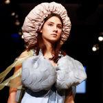 Модель на презентации коллекции студентов колледжа моды