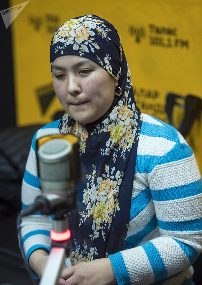 Кыргызстанка Айпери Хаматова с ОВЗ во время беседы на радио Sputnik Кыргызстан