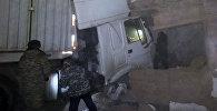 Нарын шаарынын Шералиев көчөсүндө жайгашкан үйдүн дубалын жүк ташыган унаа сүзүп ичине чейин кирип кетти