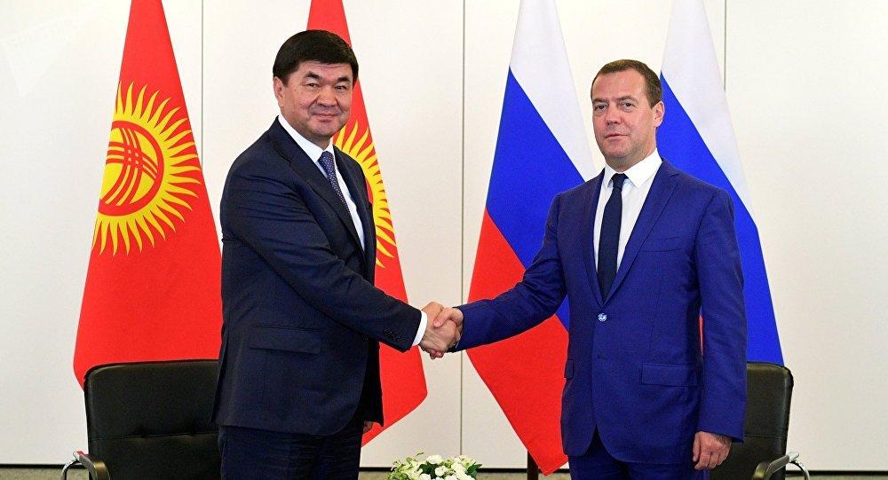 Россия өкмөтүнүн төрагасы Дмитрий Медведев жана Кыргызстандын премьер-министри Мухаммедкалый Абылгазиев. Архивдик сүрөтү