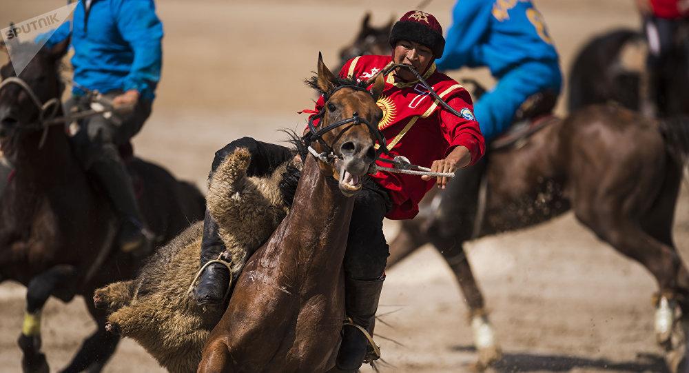 Игрок по кок бору Манас Ниязов на финальных играх с командой Казахстана на ипподроме Чолпон-Ата. Архивное фото