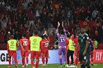 Игроки сборной Кыргызстана с болельщиками после своего поражения во время 21-го тура Кубка Азии по футболу АФК-2019 между ОАЭ и Кыргызстаном на стадионе Zayed Sports City Stadium в Абу-Даби 21 января 2019 года.
