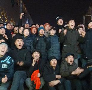 Бишкектеги футбол күйөрмандарынын көчөдөгү кыйкырык-сүрөөнү. Видео