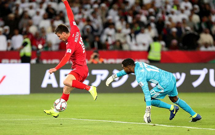 Кыргызстанский форвард Мирлан Мурзаев забивает гол в ворота ОАЭ на матче 1/8 финала Кубка Азии по футболу между командами Кыргызстана и ОАЭ в Абу-Даби. 21 января 2019